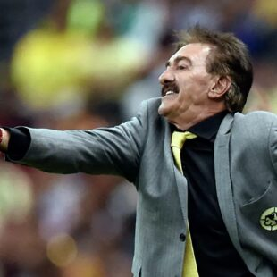 Ordena juez prisión para el entrenador argentino La Volpe por acoso sexual